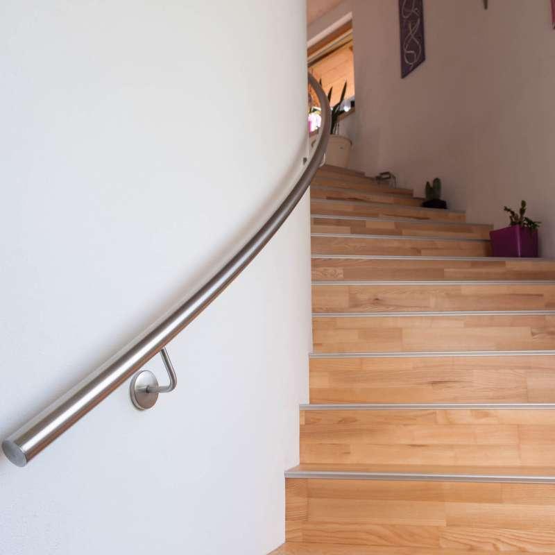 Edelstahlhandlauf in geschwungener Form - © www.metallbau-koplenig.at